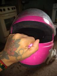 Um capacete rosa infantil usado poucas vezes