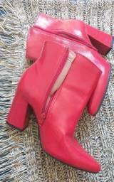 Bota vermelha de bico fino