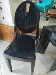 Lindas cadeiras em acrílico