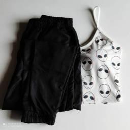 Conjunto de cropped e calça.
