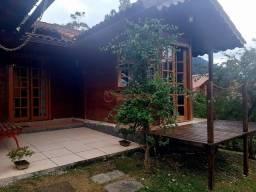 Casa de madeira com 3 quartos sendo 1 suíte em condomínio em Vargem Grande.