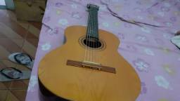 Um violão em prefeito estado