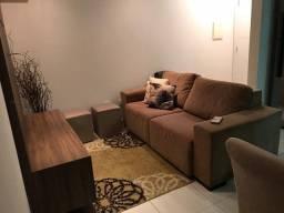 Sofá, tapete, quadro, 3 capas de almofada