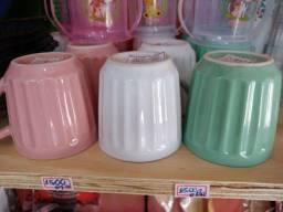 Garrafa de café , xícaras de porcelana e copos infantis