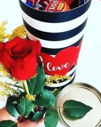 """Cilindro estampa """"Love"""" e recheada com chocolate e Flor"""