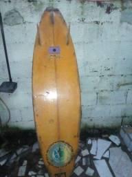 Prancha de surf pequeno quebrado na. Ponta