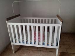 Berço com colchão e carrinho com bebê conforto