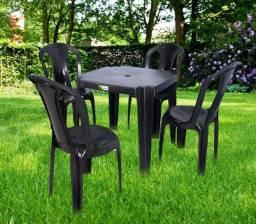 Jogo preto com 4 cadeiras bistrô resistentes e uma mesa ,suporta até 152K