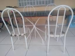 Mesa feita de base de ferro e 4 cadeiras de ferro