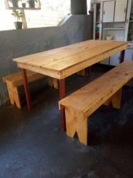 Mesa rústica com 2 bancos