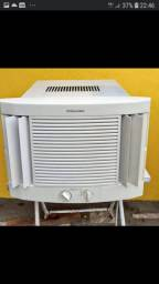 Vendo esse ar condicionado de mil ibtu semi novo