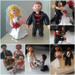 Lembrança de noivos, personagens e bolo fake em biscuit