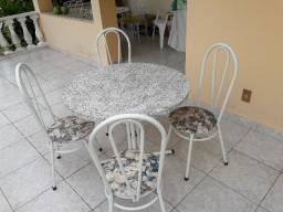 Mesa redonda em fórmica com quatro cadeiras