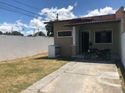 Casa plana p/ aluguel com 2 suítes e amplo espaço de garagem por R$ 750,00