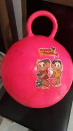 Bola de brinquedo  serve para exercícios  físicos