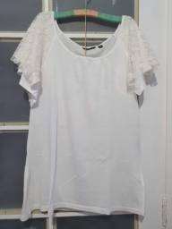 Blusa branca com mangas com detalhe em renda