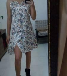 Vestido de cetim floral com fenda