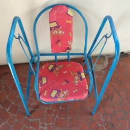 Cadeira de balanço infantil usada conforme fotos está um pouco descascada.