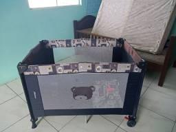 Chiqueiro marca Voyage, carrinho bebê marca Chico eo bebê conforto.