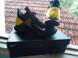 Tênis esportivo Nike LeBron Witness IV preto.