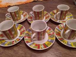 Vendo 6 xícaras com pires para cafezinho, de porcelana