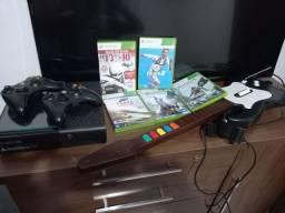 Xbox 360 com 5 jogos e uma guitarra de Playstation com adaptador usb