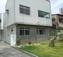 [A863] Casa Residencial com 5 Quartos sendo 2 Suítes. Na Madalena !!