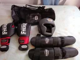 Kit muay thay com luvas, bandagem, caneleira, protetor de cabeça e bolsa