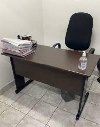 Mesa reta executiva com gaveteiro fixo e saia (1,20 X 60 cm X 74 cm) que