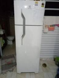 Geladeira com Freezer Eletrolux
