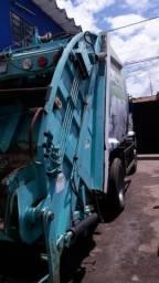 Caminhão compactador (caminhão do lixo) - 2011