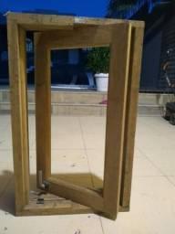 Janela de madeira medindo