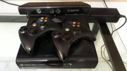 XBox 360 com 2 controles e 30 jogos