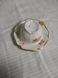 Xícara de chá/café + pires porcelana branca motivos florais frisos dourados