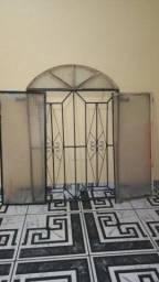 janela de ferro de vidro porém um lado do vidro  está quebrado