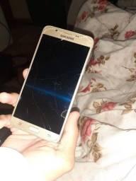 Vendo celular usando