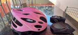 Capacete de ciclistas com par luvas