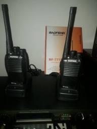 Vendo os dois rádios  com a caixa e os dois carregadores