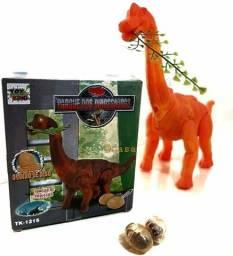 Dinossauro anda e bota ovos