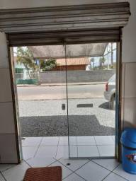 Vitrine fixa e porta de correr em.vidro temperado