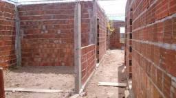 Vende-se terreno com construção em ponto de laje