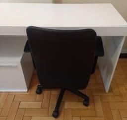 Mesa de computador e cadeira de escritório
