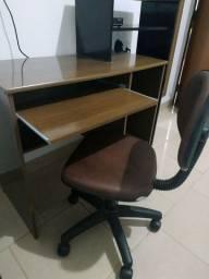 Mesa para computador com cadeira giratória.