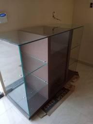 Balcão com MDF e Nichos de Vidro Temperado 1,37 x 1,06 x 0,59 cm