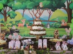Festa floresta encantada: Bolo decorativo, bichinhos de feltro e painel