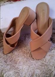 Vários modelos de sandálias