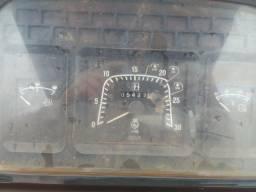 Trator NH TL 75 com pulverizador falcon