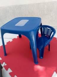 Mesa com cadeira infantil azul