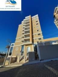 Confortável apartamento com pisos porcelanato nas áreas comuns e laminado nos quartos.