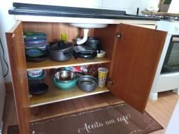 Balcão de cozinha e fogão.